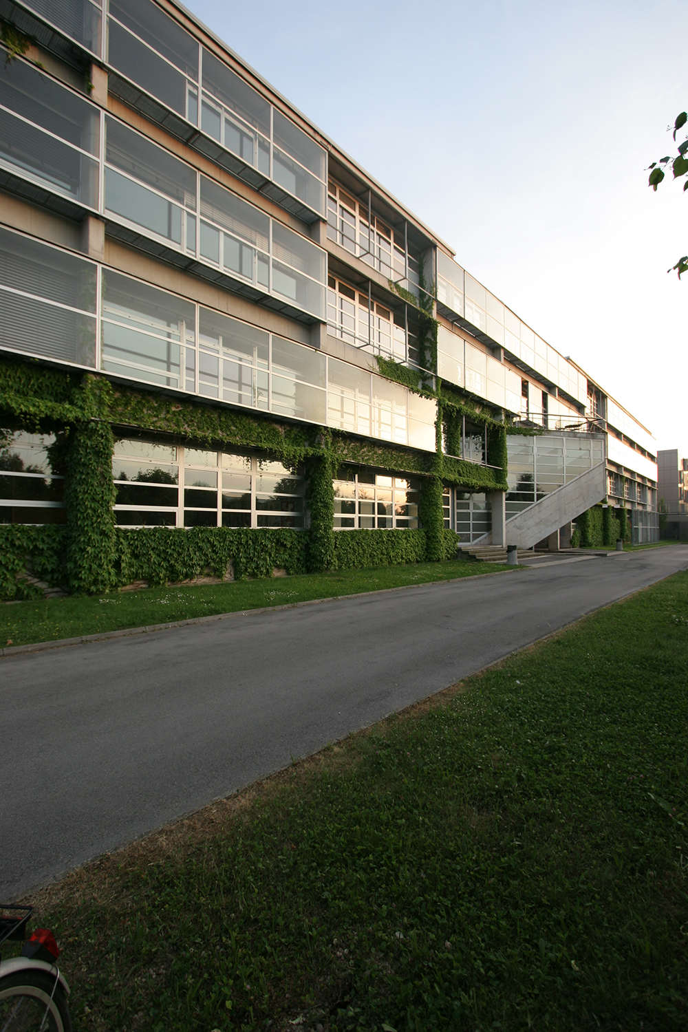 Secondary School of Nursing Ljubljana, (with Milena Todorić), competition 1995, constructed 1998; Photo JK Night photos: Janez Pukšič Architecture: Jurij Kobe, Milena Todorič Collaborators: Dominika Batista, Maja Ivanič, Lenka Kavčič, Sandra Fatur